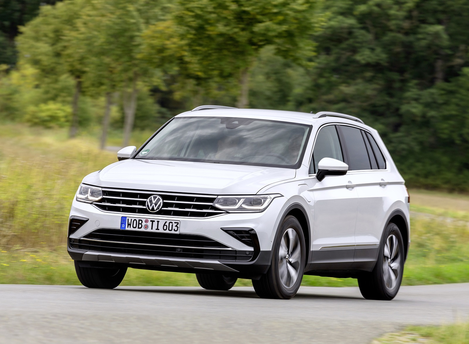 2021 Volkswagen Tiguan Plug-In Hybrid Front Three-Quarter Wallpapers (2)
