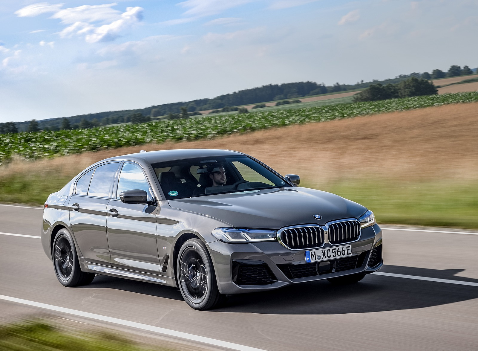 2021 BMW 545e xDrive Front Three-Quarter Wallpapers  (5)