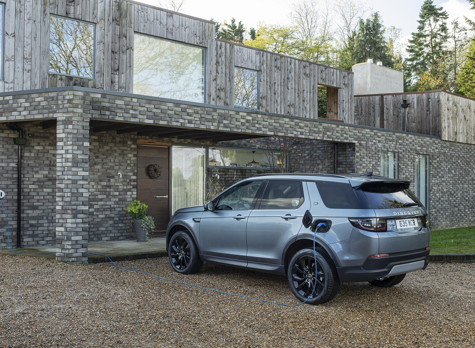 2021 Land Rover Discovery Sport P300e PHEV Charging Wallpapers (8)