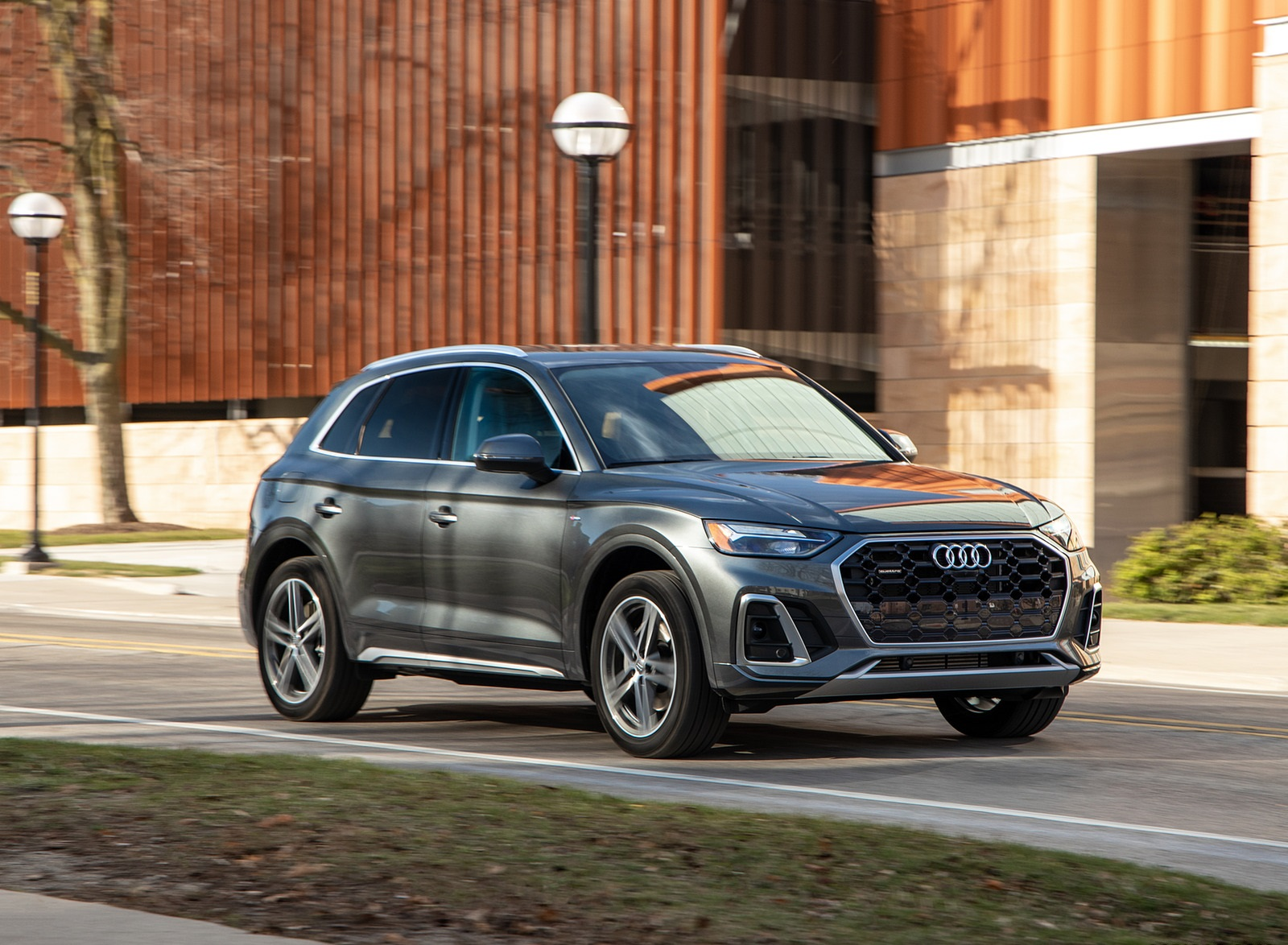 2021 Audi Q5 55 TFSI e quattro PHEV (US-Spec) Front Three-Quarter Wallpapers (8)