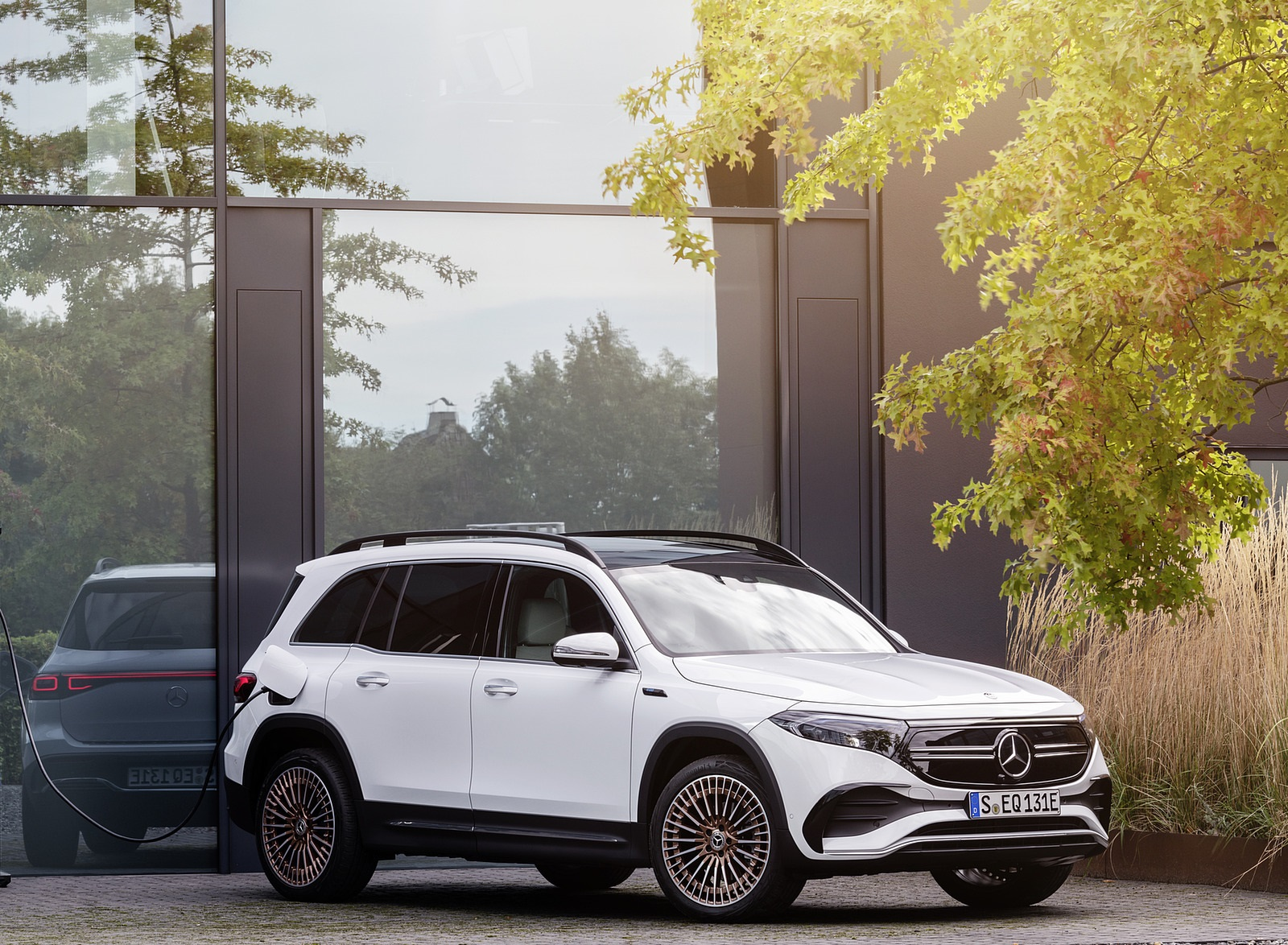 2022 Mercedes-Benz EQB Edition 1 (Color: Digital White) Front Three-Quarter Wallpapers (7)
