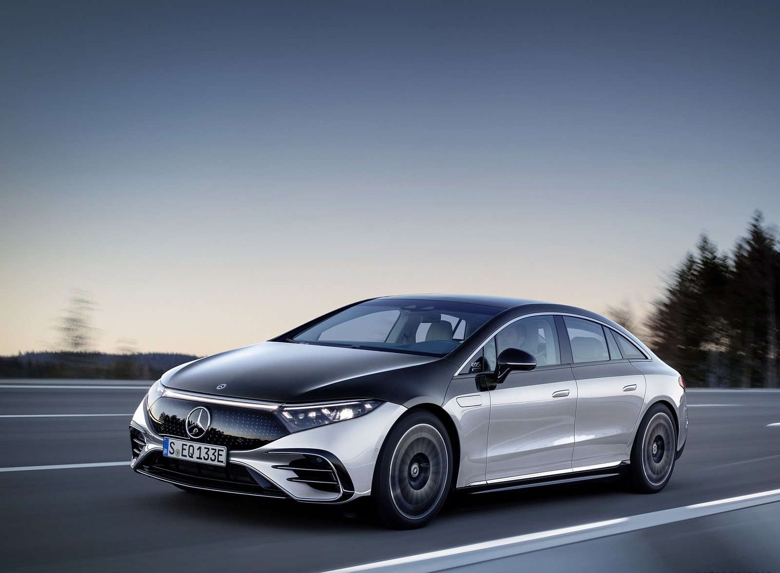 2022 Mercedes-Benz EQS 580 4MATIC AMG-Line Edition 1 (Color: High-Tech Silver Obsidian Black) Front Three-Quarter Wallpapers (4)