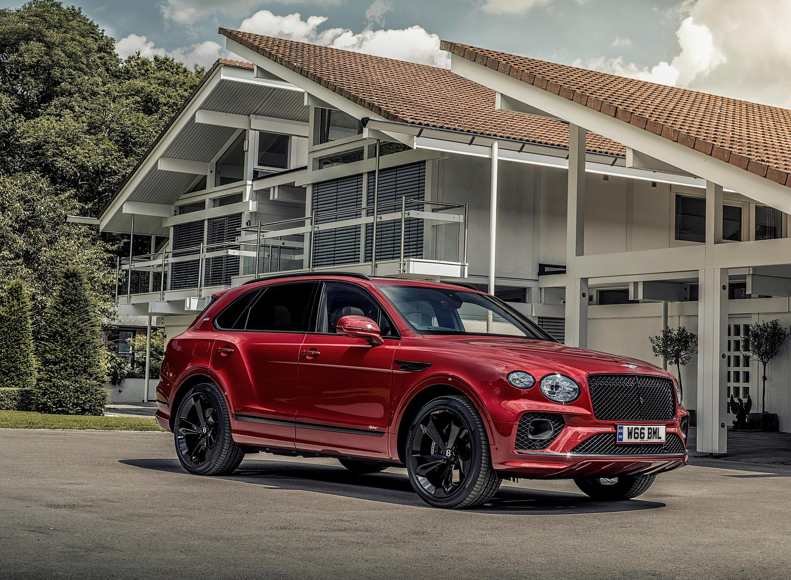 2021 Bentley Bentayga Plug-In Hybrid First Edition First Edition (Color: Dragon Red) Front Three-Quarter Wallpapers (8)