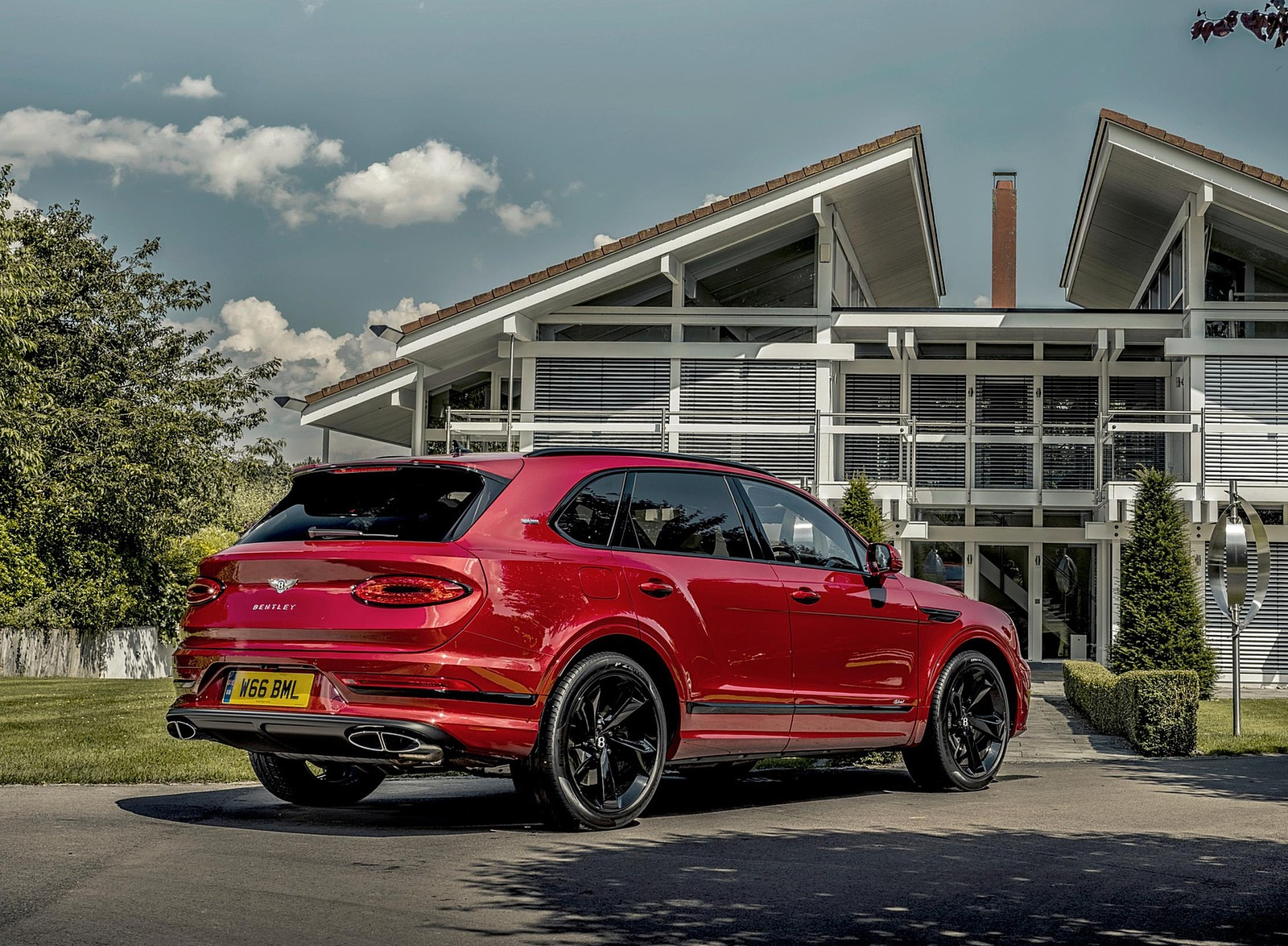 2021 Bentley Bentayga Plug-In Hybrid First Edition First Edition (Color: Dragon Red) Rear Three-Quarter Wallpapers (9)