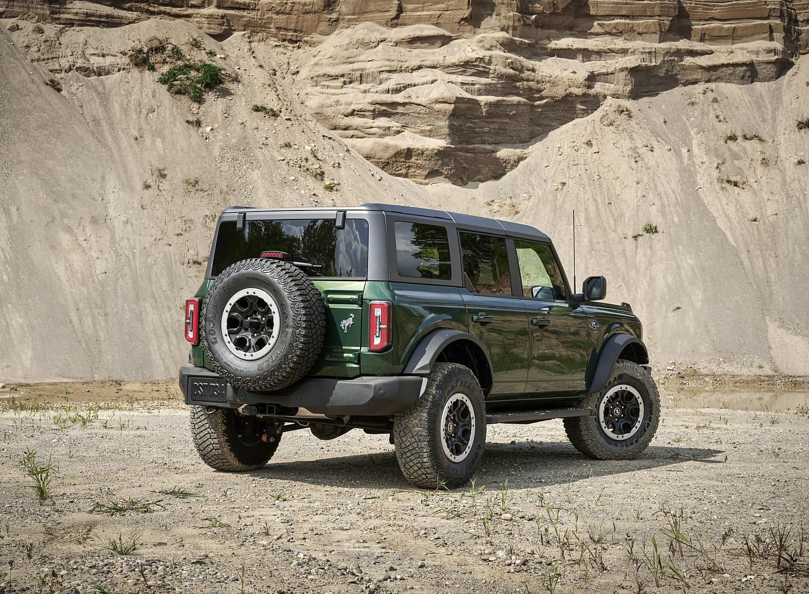 2022 Ford Bronco 4-Door (Color: Eruption Green) Rear Three-Quarter Wallpapers (10)