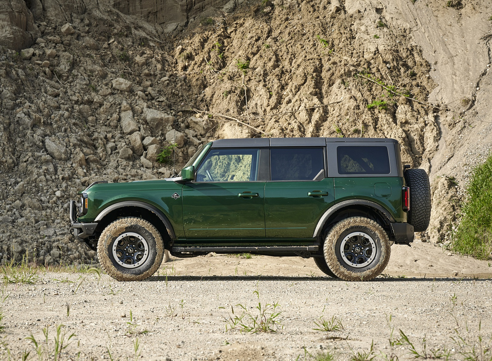 2022 Ford Bronco 4-Door (Color: Eruption Green) Side Wallpapers (6)