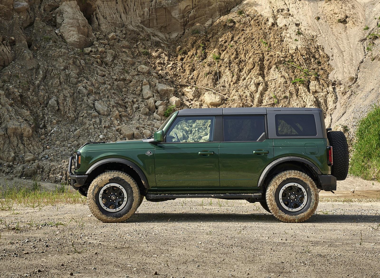 2022 Ford Bronco 4-Door (Color: Eruption Green) Side Wallpapers (7)