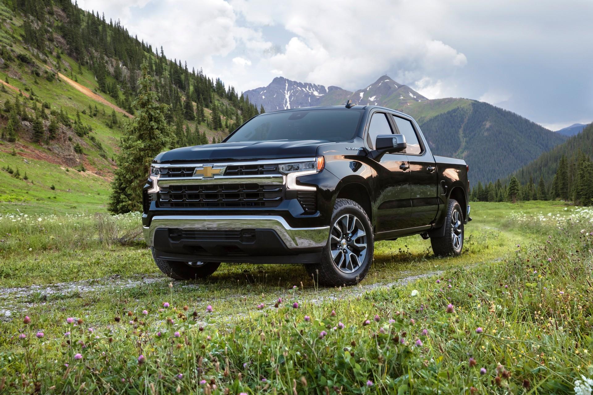 2022 Chevrolet Silverado LT Front Three-Quarter Wallpapers (1)